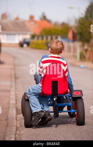 Ein MODEL Release Bild von zwei jungen auf ein Go Cart im Vereinigten Königreich - Stockfoto