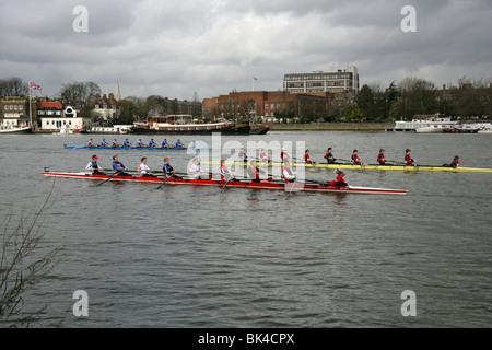Einige der Rudern Teams im Kopf des Flusses Race auf der Themse an der Hammersmith Bridge. - Stockfoto