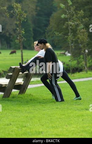 Freundinnen Fitness im park - Stockfoto