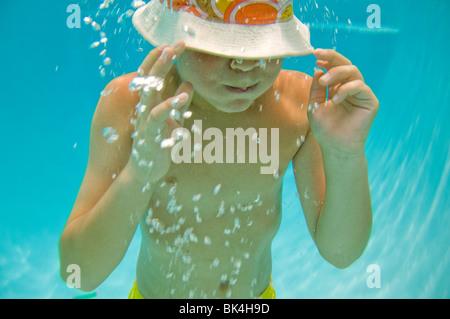 Junge mit angehaltenem Atem unter Wasser
