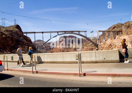 Neuen Colorado-River-Brücke Span über Canyon unterhalb Boulder Talsperre Wüste Arizona Lake Mead in Nevada Highway - Stockfoto