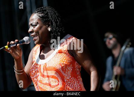 Sharon Jones führen Sie live bei einem Konzert. - Stockfoto