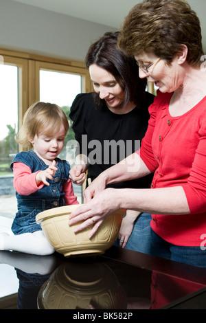 Tochter, Mutter und Großmutter arbeiten in Küche Haus Brot Kochen Backen - Stockfoto