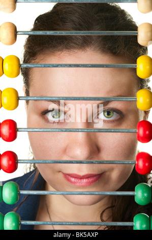 Die schöne Frau Gesicht und Farbe Abacus. Isoliert auf weißem Hintergrund - Stockfoto