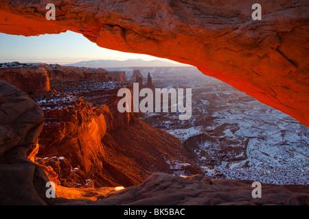 USA, Utah, Canyonlands National Park, Sonnenaufgang am Mesa Arch - Stockfoto
