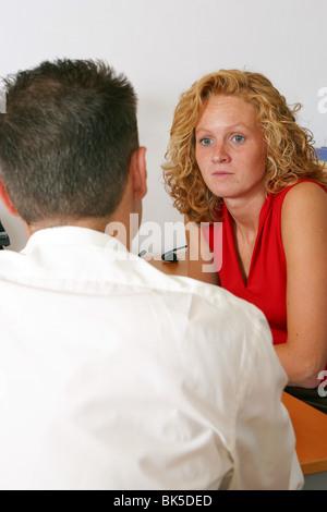 Frau auf der Suche besorgt im Büro beim Manager sagen schlechte Nachrichten anhören - Stockfoto