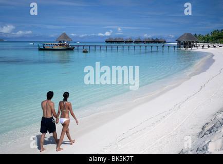 Paar am Strand von Cocopalm, Malediven, Indischer Ozean, Asien - Stockfoto
