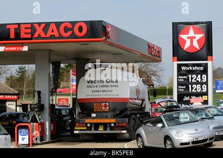 Hohen Preis Zeichen außerhalb einer Tankstelle in Newport Isle Of Wight südlichen England UK Öl-Tanker-LKW machen - Stockfoto