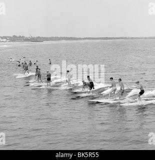 Gruppe von Männern, die im Meer Surfen - Stockfoto