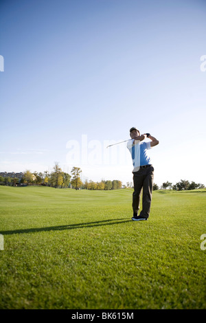 Mann Golf Knüppeln auf Golfplatz - Stockfoto
