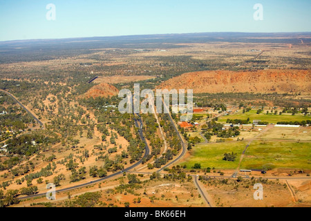 Straßen und Macdonnell Ranges, Alice Springs, Northern Territories, Australien - Stockfoto