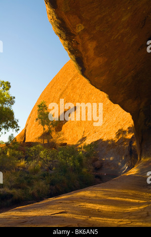 Hohl am Fuße des Ayers Rock, Northern Territories, Australien - Stockfoto