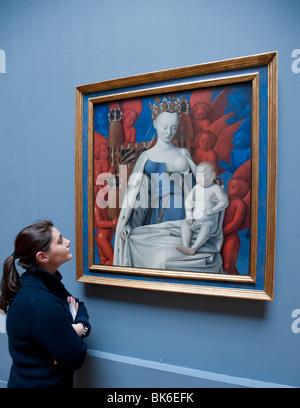 Besucher betrachten Gemälde von Maria und Jesus umgeben von Seraphim und Cherubim von Jean Fouquet im Royal Museum - Stockfoto