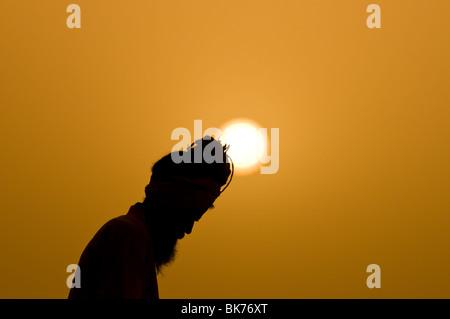 Dies ist ein Bild eines hinduistischen heiligen Mannes in Varanasi, Indien. - Stockfoto