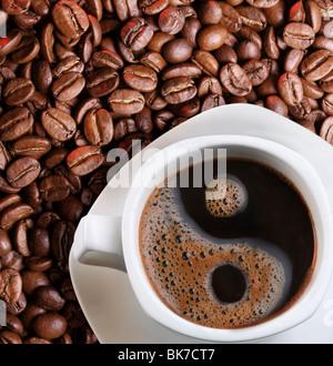 Schaum in eine Tasse Kaffee als Symbol des Yin yang