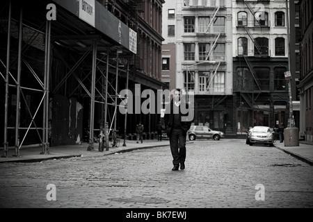 Mann geht in New York city - Stockfoto