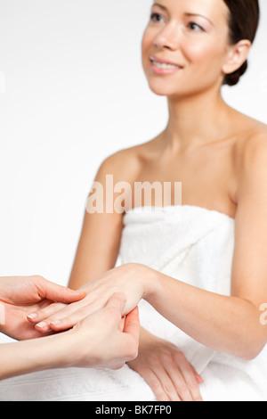 Frau mit Handmassage - Stockfoto