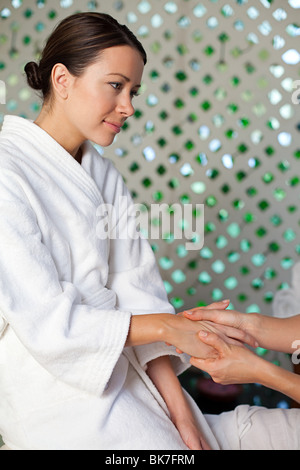 Frau mit Handmassage