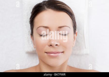 Junge Frau auf Massagetisch - Stockfoto