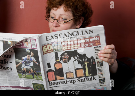 Frau zu Hause lesen The East Anglian Daily Times Zeitung - Stockfoto