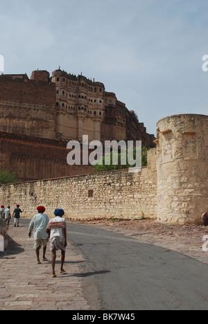 Menschen machen ihren Weg in Richtung der Meherangarh fort - Stockfoto