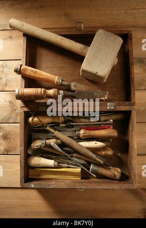 Tischler Künstler aus Holz Handwerker Toolbox über Holz Hintergrund - Stockfoto