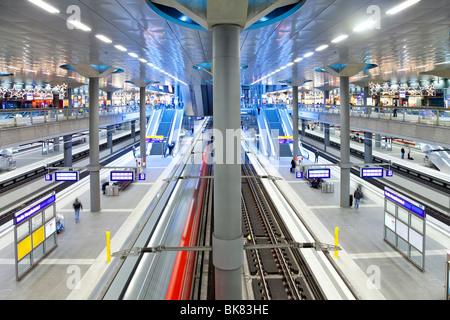 Europa, Deutschland, Berlin, neue moderne Hauptbahnhof - Zug ziehen in die Plattform - Stockfoto
