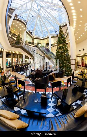 Europa, Deutschland, Berlin, Luxus-Einkaufszentrum - Quartier 206 in der Friedrichstraße - Wendeltreppe und dekorativen - Stockfoto