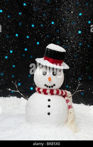 Schneemann im Schnee gegen sternenklaren Himmel Konzept mit Textfreiraum - Stockfoto