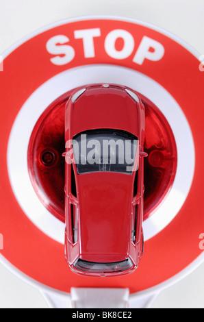Miniatur-Autos und eine Polizei Signalisierung Scheibe, Polizeikontrolle, Geldbußen - Stockfoto