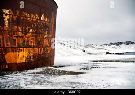Einen rostigen Tank auf Deception Island in der Antarktis, einer der Überreste der Insel längst verlassenen Walfang - Stockfoto