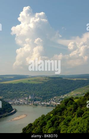 Blick von beulsberg Berg in der Nähe von urbar in Richtung der Stadt Oberwesel, der Stadt der Türme und des Weines, - Stockfoto