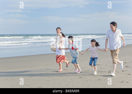 Familie am Strand laufen - Stockfoto