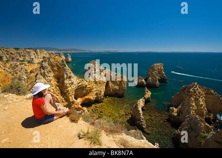 Frau im Hinblick auf die Ponta da Piedade, Algarve, Portugal, Europa - Stockfoto