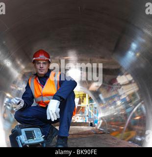 Ingenieur im Tunnel aus geschmiedetem Stahl - Stockfoto