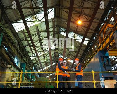Stahlarbeiter und Ingenieur In der Fabrik - Stockfoto