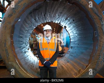 Ingenieur im Vordergrund aus geschmiedetem Stahl - Stockfoto