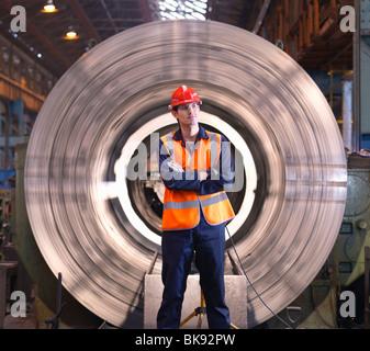 Ingenieur vor der Stahl-Drehmaschine