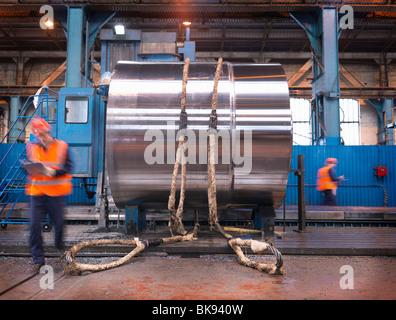 Ingenieure In der Fabrik mit fertigen Stahl - Stockfoto