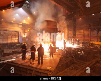 Arbeiter mit flüssigem Stahl In Anlage - Stockfoto