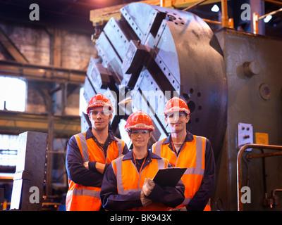 Stahl-Ingenieure vor Drehmaschine