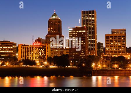 Stadt an der Uferpromenade, Willamette River, Portland, Oregon, USA - Stockfoto
