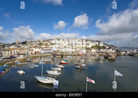 Blick über Hafen mit Nachbildung der Golden Hind, Brixham, Torbay, Devon, England, Vereinigtes Königreich - Stockfoto