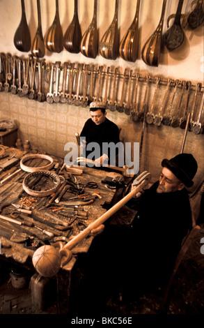 Ababakri Selay und Sohn, Muhammad Turson sind die Uiguren, die sie über 40 verschiedene Instrumente in ihrer Werkstatt - Stockfoto