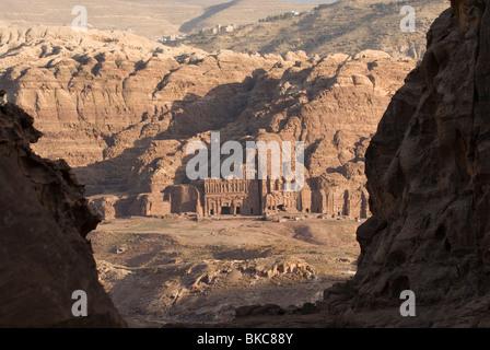 Vista zwischen Felsen auf die königlichen Gräber in Petra. Jordanien - Stockfoto