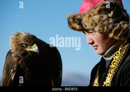11 Jahre alt-Samarkand und seinem geschulten Jagd Adler beim Steinadler Festival in Bayan Ölgii, westliche Mongolei. - Stockfoto