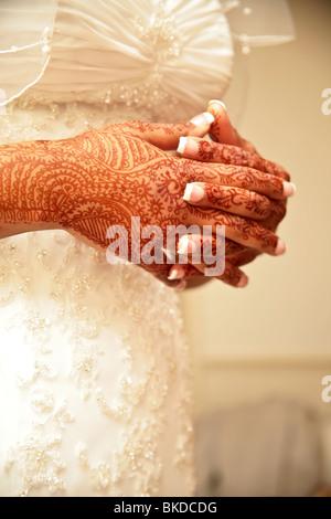 Braut mit Henna bemalte Hände. - Stockfoto