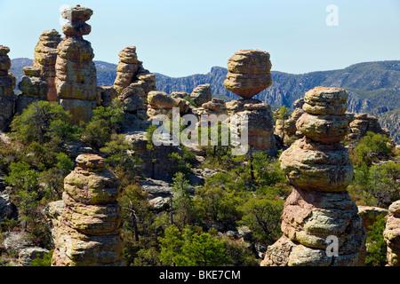 Großen Balanced Rock ist einer von unzähligen Flechten bedeckt Rock Fialen in Arizonas remote Chiricahua National - Stockfoto