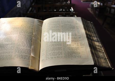 Aufgeschlagene Bibel im St.-Andreas Kirche, Glaston, Rutland, England, UK - Stockfoto