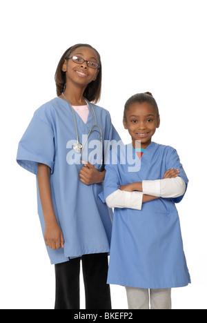 Zwei Mädchen, zehn und sechs Jahre alten Schwestern, verkleidet als Ärzte. - Stockfoto